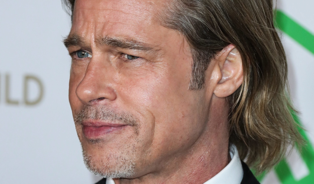 Brad Pitt trägt neurdings Ducktail-Tolle