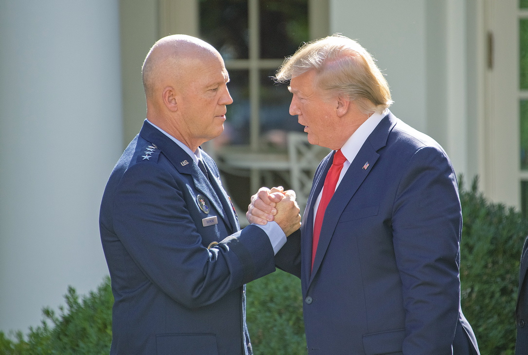 Space-Force-Kommandeur John Raymond (links) mit Präsident Trump